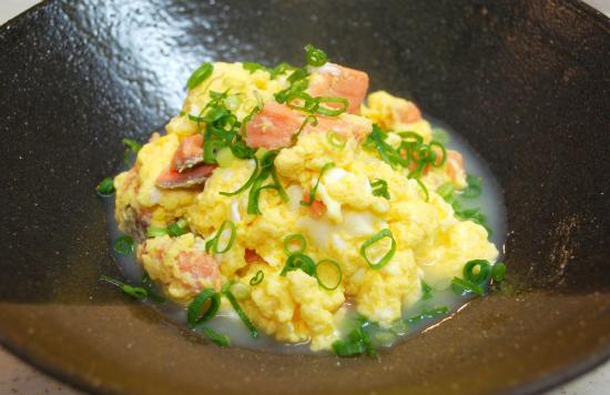 塩ざけと卵の水炒め