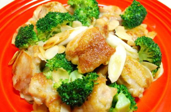 鶏肉とブロッコリーのアーモンド炒め