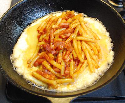 マカロニのケチャップ炒めオムレツ8-400
